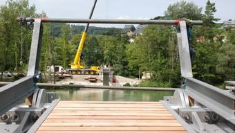 Brückenschlag in der Flussaue