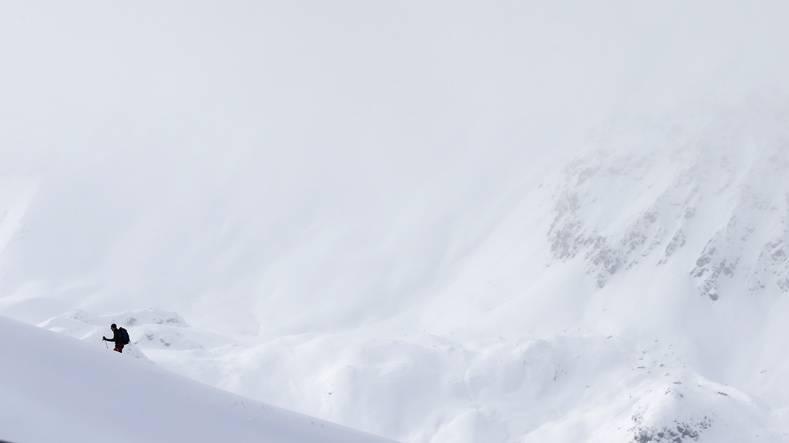 Skifahrer bleibt kopfüber im Schnee stecken