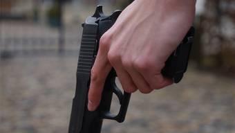 Mit geladener Waffe trat der Angeklagte seinem Nachbarn gegenüber. (Symbolbild)