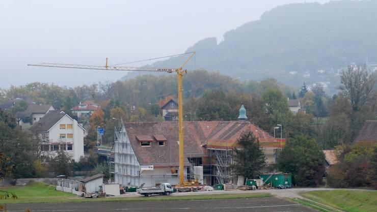 Das Fahrgut-Gebäude: Das grosse Dach ist neu gedeckt, die Fassaden sind immer noch eingerüstet.  (Walter Schwager)