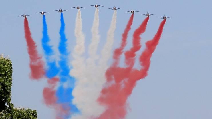 Die Patrouille de France über die Champs Elysées in Paris am 14. Juli.