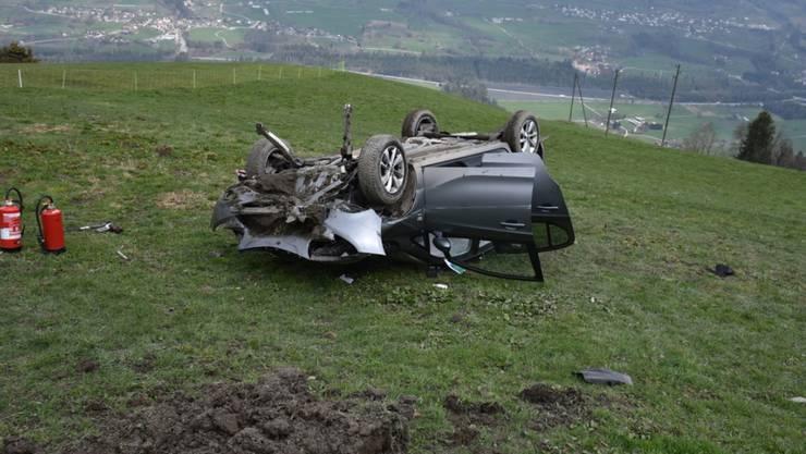 Nach dem Flug über 20 Meter war das Auto schrottreif.