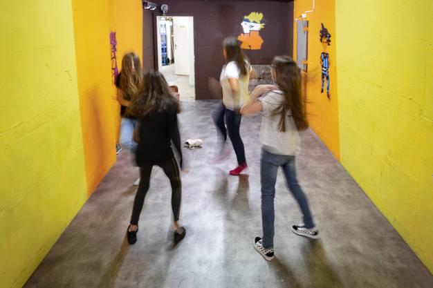 Party im Keller des Jugendhauses: Die Jugendlichen geniessen die Freiheit in den Räumen des Jugendtreffs ihre Lieblingsmusik zu hören.