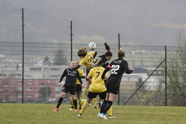 Die FCA-Frauen scheuen keine Zweikämpfe, legen aber insgesamt doch zu wenig Kampfgeist an den Tag.