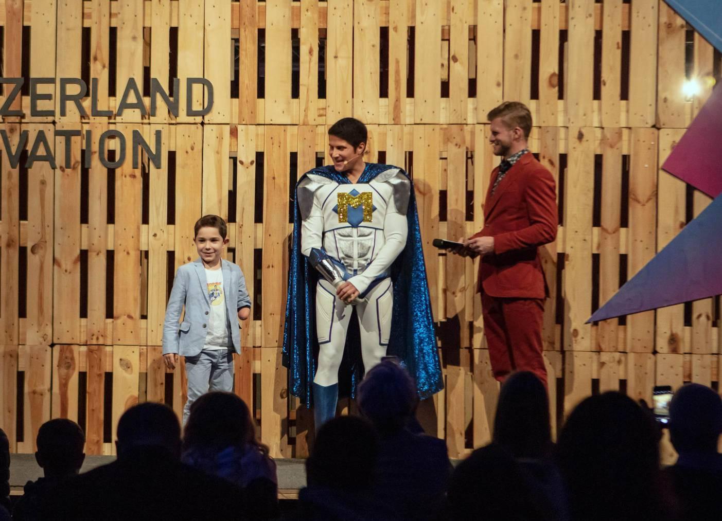 Michel Fornasier in seinem Superheldenkostüm - zusammen mit Moderator Thomas Odermatt. (Bild: zVg)