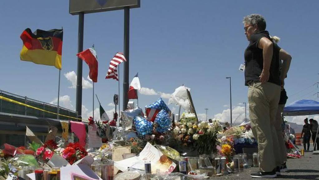 Blumen und Briefe für die Opfer des Anschlags in El Paso - der mutmassliche Schütze erklärte sich vor Gericht für unschuldig. (Archivbild)