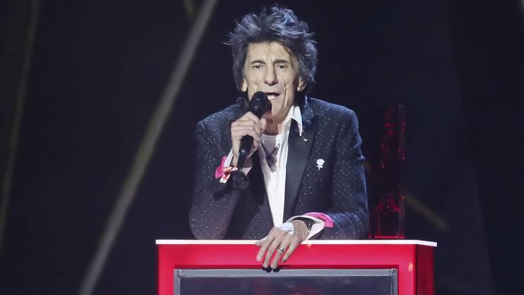 Ronnie Wood präsentierte Pop Sänger Ed Sheeran, welcher den speziellen