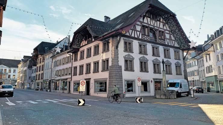 Die Denkmalpflege hat durchgesetzt, dass wenigstens um das Saxer-Haus (vorne im Bild) gepflästert sein muss.