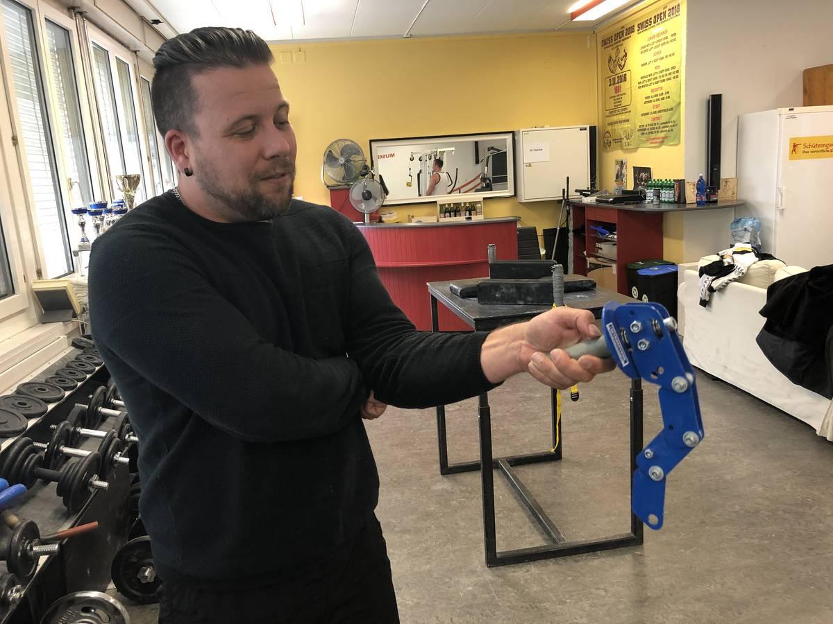 Löwen-Arm-Club-Chef Ivan Sciaroni mit einem selbstgebauten Trainingsgerät. (© FM1Today)