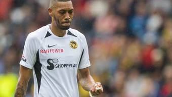 Kein erfeulicher Moment für YB: Guillaume Hoarau verlässt in Neuenburg verletzt den Platz