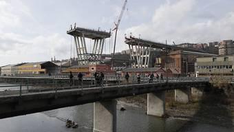 Rund zehn Monate nach dem verheerenden Einsturz der Autobahnbrücke in Genua ist am Dienstag offiziell der Bau eines neuen Viadukts begonnen worden. Bei dem Einsturz der Morandi-Brücke am 14. August 2018 waren 43 Menschen ums Leben gekommen. (Archivbild)