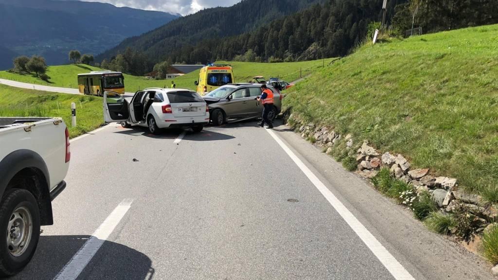 Beim Unfall in Alvneu Dorf GR gab es nach einer Kollision von zwei Personenwagen auf der Landwasserstrasse zwei Verletzte.