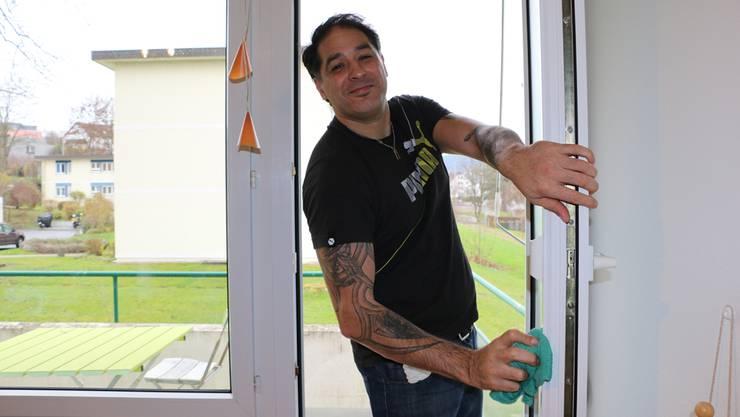 Nebojsa Micic arbeitet seit einem halben Jahr für Etcetera. Statt zu Hause zu bleiben, geht er lieber putzen, bis er wieder eine Anstellung findet.