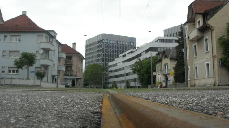 Entlang der Limmattalbahngleise in Schlieren wechseln sich alte Arbeiterhäuser mit neuen Wohn- und Büroblöcken ab.