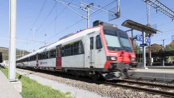Aufgrund des Lokführermangels halten die SBB an den bisherigen Einschränkungen im Bahnverkehr im Aargau bis zum Fahrplanwechsel im Dezember fest. Bild vom Bahnhof Baden.