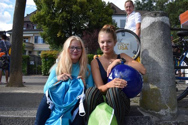 Die beiden Schwestern trauten sich heute zum ersten Mal in den Rhein. Beide schwimmen aber sehr gerne und freuen sich auf die Abkühlung. «Ich bin ohnehin ein Adrenalin-Junkie und habe keine Angst», lacht Tabea. Das Rheinschwimmen wurde ihnen von Freunden empfohlen. Neben Badetuch, Handy und Kleidung haben sie auch immer Sonnencreme in ihrem Schwimmsack.
