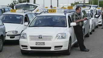 Taxis und Reisebusse haben sich in der Coronakrise gemäss Astag als systemrelevant erwiesen und die gleichen Einbussen wie der öffentliche Verkehr gehabt.
