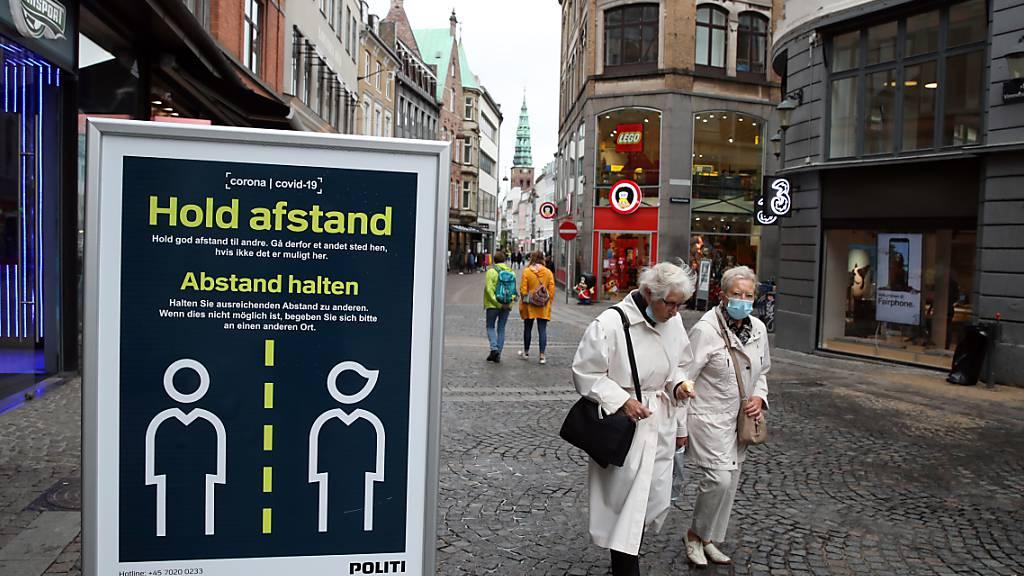 ARCHIV - «Abstand halten» steht auf einem Schild in einer Straße in Kopenhagen. Foto: Nick Potts/PA Wire/dpa
