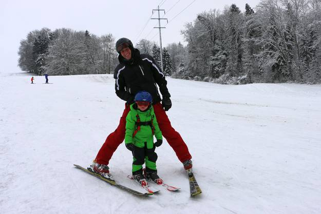 Nico Reust aus Bonstetten übt in Dietikon mit seinem Sohn für die Skiferien