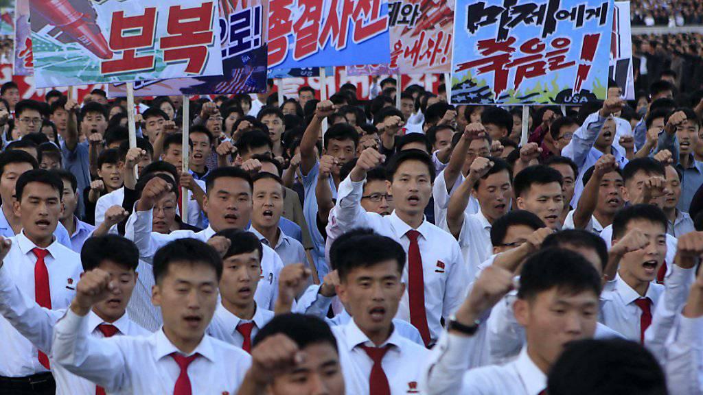 Böse auf die USA: Mehr als 100'000 Menschen sollen laut den Staatsmedien an der Kundgebung in Pjöngjang teilgenommen haben.