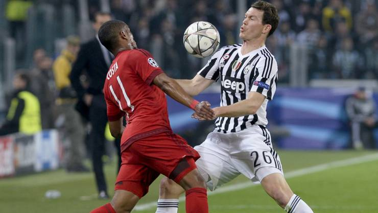 Für Stephan Lichtsteiner wird es zumindest in der ersten Saisonhälfte keine Einsätze in der Champions League geben (hier im Duell mit Bayerns Douglas Costa)