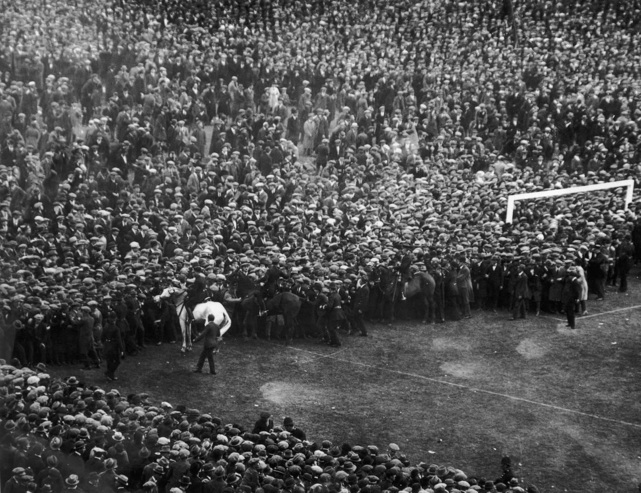 Pferd Billie drängt 1923 die Massen im Wembley Stadion zurück. Das Endspiel zwischen West Ham United und den Bolton Wanderers ist seither als «White Horse Final» bekannt. © Central Press/Getty Images