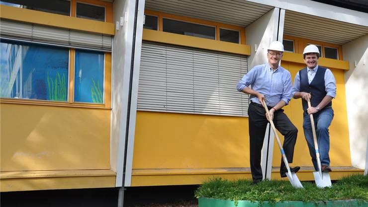Schulvorstand Reto Siegrist (CVP, links) und Hochbauvorstand Anton Kiwic (SP) freuen sich, dass das alte Kindergartengebäude bald einem Neubau weicht.