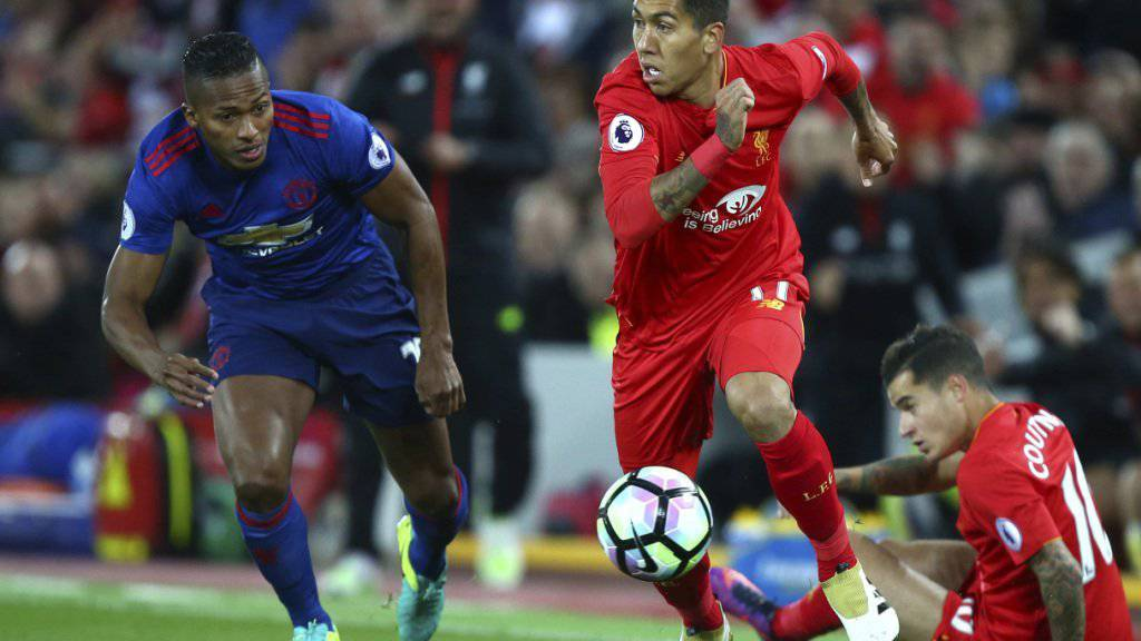 Liverpools Roberto Firmino (rechts) im Duell mit Eric Bailly