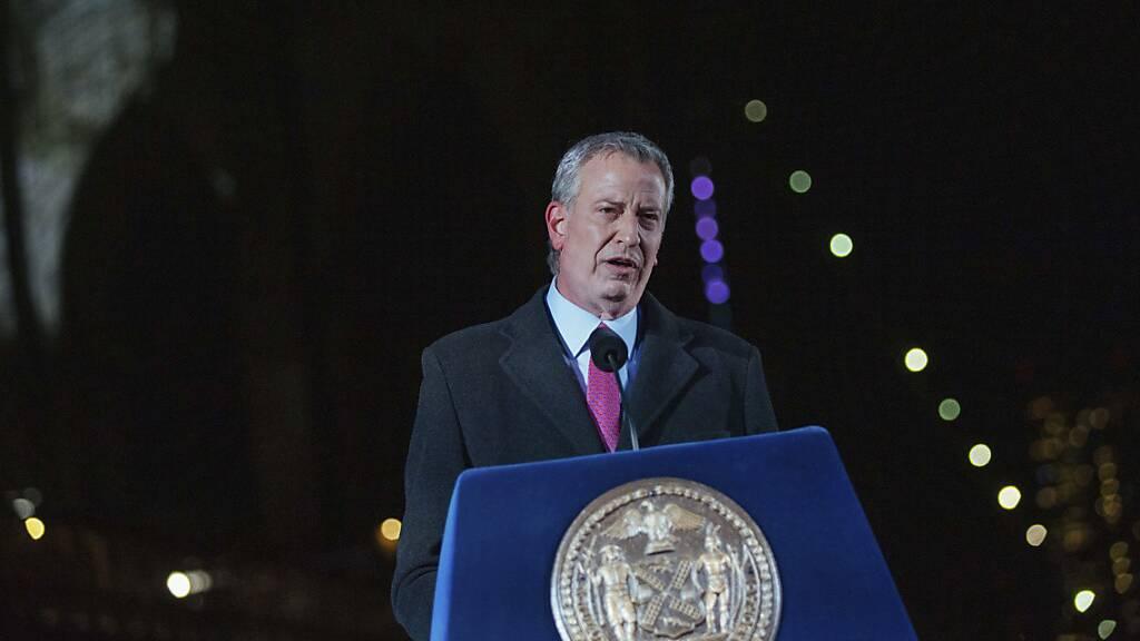 Bill de Blasio, Bürgermeister von New York, spricht während einer Veranstaltung zum Gedenken an die New Yorker, die während der Covid-19-Pandemie an den Folgen einer Infizierung verstorben sind.