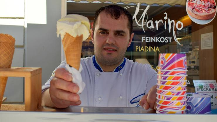 Raffaele Marino bietet in der Rheinfelder Marktgasse frische Gelati. nbo