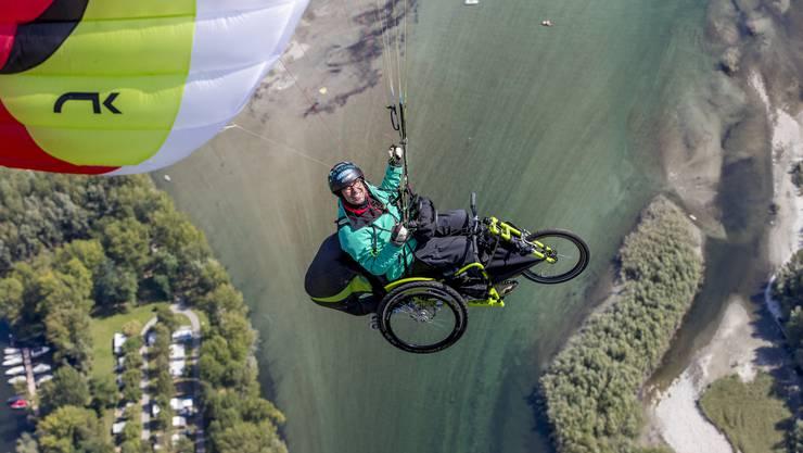 Stefan Keller mit dem Gleitschirm in der Luft