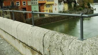 Die Laufenbrücke ist auf deutscher Seite fertig saniert: Die Fahrbahn ist gepflästert und der eiserne Handlauf auf der Brückenbrüstung montiert. (sh)