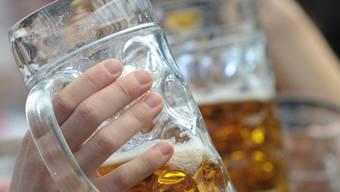 Die grösste eigenständige Schweizer Brauerei hat 2009/2010 mehr Bier verkauft (Symbolbild)