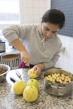 Die Apfel-Kugeln werden zum Dessert serviert.