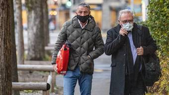 Springreiter Paul Estermann (links) und sein Anwalt auf dem Weg zum Kantonsgericht.