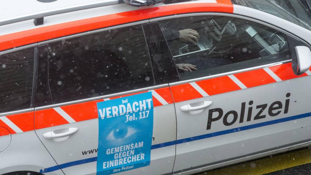 Auto der Zuger Polizei - diese musste am Dienstag ausrücken, weil sich ein Betagter in Zug in einem Zimmer verschanzt hatte. (Symbolbild)
