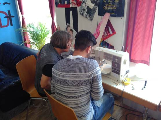 im Atelier stehen genügend Nähmaschinen zur Verfügung