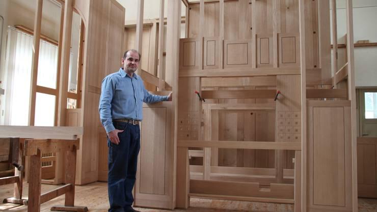 Mathias Metzler vor einer halb zusammengebauten Orgel