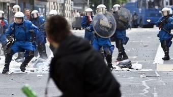 Die Gewalt gegen Polizisten nimmt zu - Das Bild zeigt einen Polizeieinsatz während einer Demonstration in Zürich (Archiv)