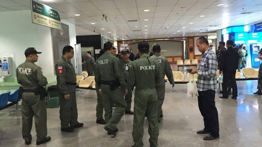 Polizisten sichern das Spital King Mongkut: 24 Menschen wurden verletzt, mutmasslich durch eine Bombe.
