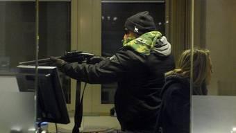 Die beiden Täter bedrohten die alleine anwesende Bankangestellte mit einer Pistole. (Archiv)