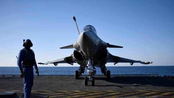 Kampfjet auf dem französischen Flugzeugträger Charles-de-Gaulle: Auf dem Flaggschiff der Marine grassiert das Coronavirus.