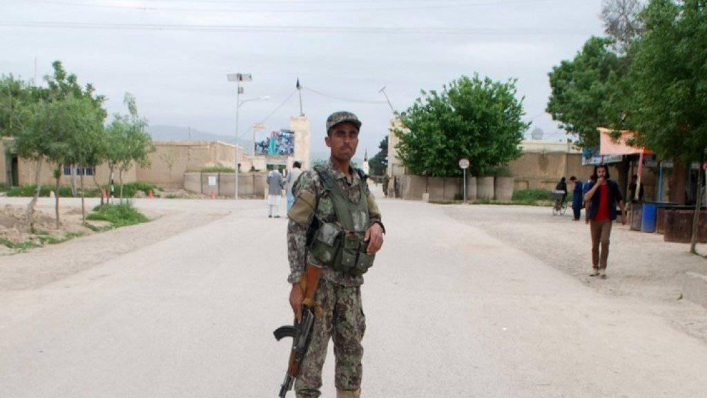 Ein Mitglied der afghanischen Sicherheitskräfte nahe der von den Taliban am Freitag attackierten Militärbasis in der Provinz Balch.