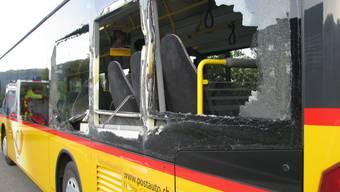 Kollision zwischen Lieferwagen und Postauto. (Symbolbild)