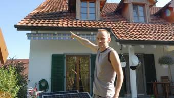 Der Herznacher Torsten Mädel zeigt auf das Dach, wo er die Solarpanels montieren wollte. Walter Schwager