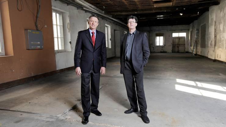 Schaffen Platz: Otex-Chef Alex Reinhart und Professor Thomas Schmitt in der alten Halle, wo bis September neue Technopark-Räume entstehen werden. (Emanuel Freudiger)