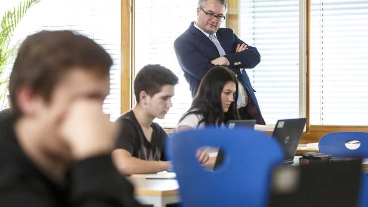 Bildungsdirektor Remo Ankli schaut den Schülern im Fach Gestalten über die Schulter.