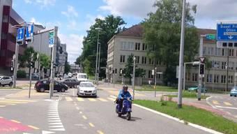 Am Aarauer Kreuzplatz sind am Dienstagnachmittag die Ampeln ausser Betrieb: Statt Rot oder Grün zeigen sie blinkendes Orange an. Das sorgt für Irritation bei den Verkehrsteilnehmern - und für brenzlige Situationen.