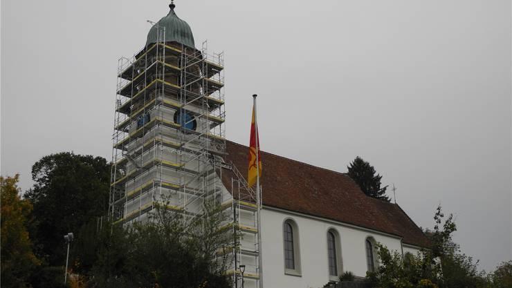 Das Gerüst am Turm wird noch zur Montage der Zeiger gebraucht. mf
