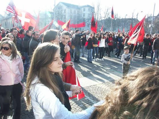 Am 17. Februar 2008 feiern die in der Schweiz lebenden Kosovarinnen und Kosovaren die Unabhängigkeit ihrer Heimat. Helvetiaplatz Zürich.